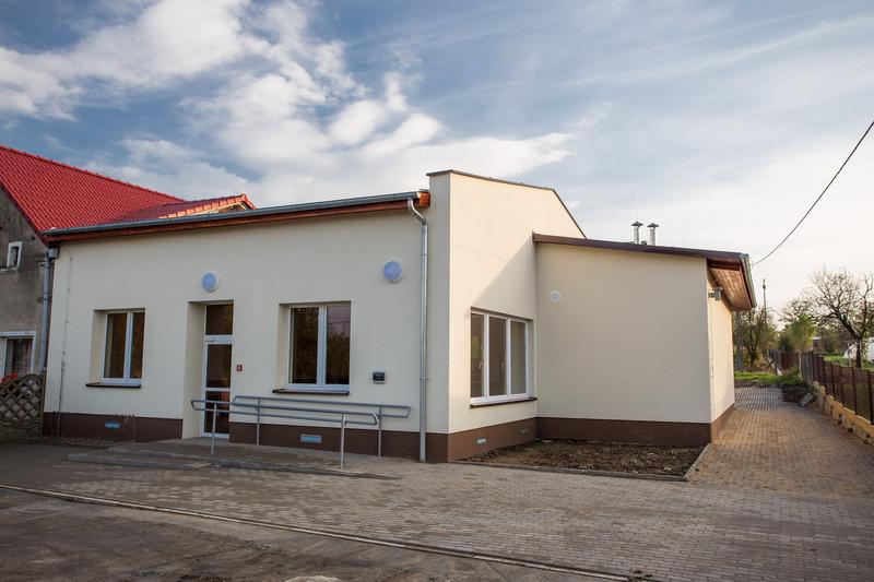 Widok budynku świetlicy wiejskiej w Pszenicznej po wykonaniu nowej elewacji wraz z chodnikiem