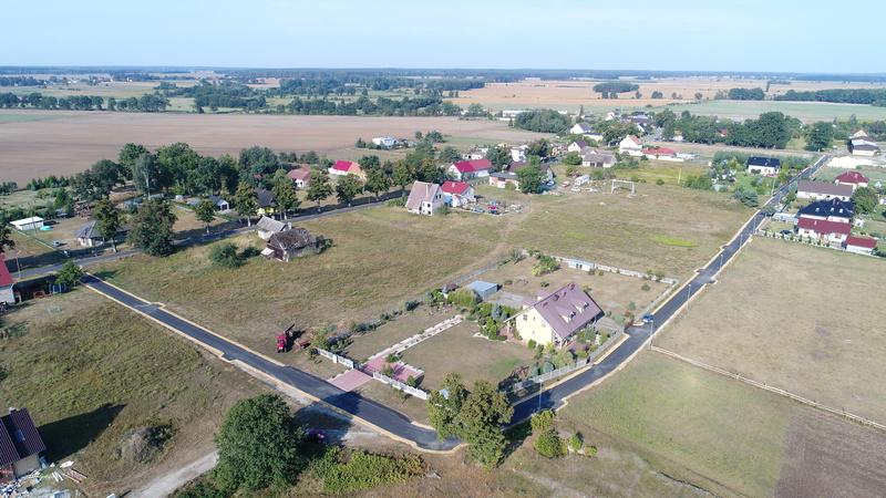Zdjęcie lotnicze przedstawiające nową drogę dojazdową do gruntów rolnych w obrębie miejscowości Lubska.
