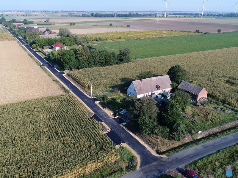 Zdjęcie lotnicze pokazujące ciąg przebudowanej drogi w miejscowości Wojciechów.