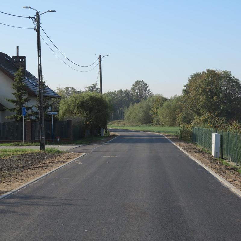 Widok z perspektywy nowej drogi asfaltowej ul. Zbożowej